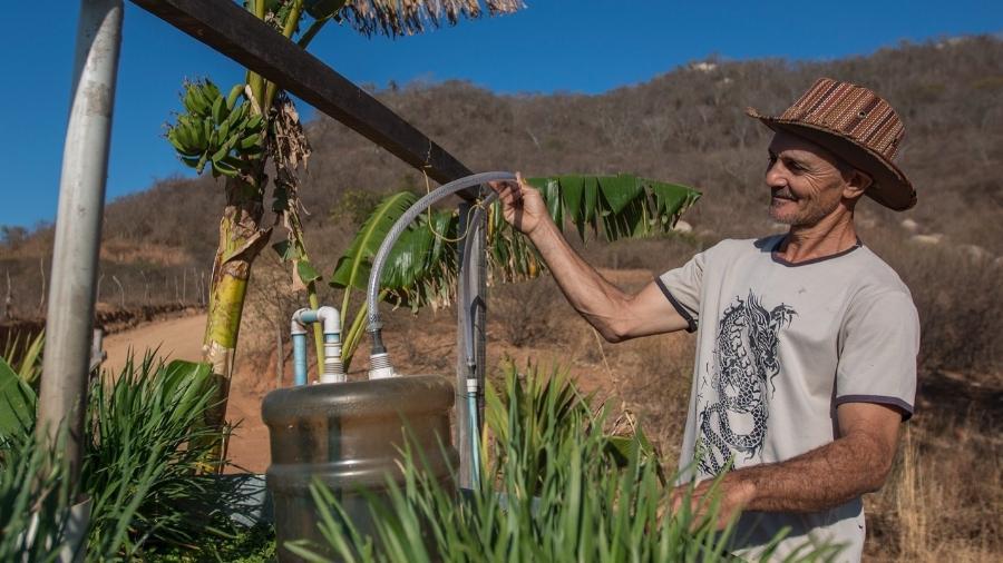 Aluísio Brás de Souza, da comunidade Sítio Jatobá, em Carnaíba (PE), um dos agricultores que passaram a usar o biogás como fonte de energia.  - Ana Mendes.