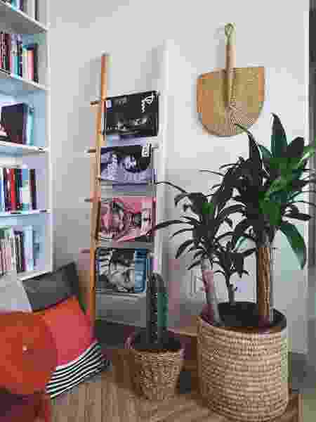 Escada como estante e plantas fazem parte dos ambientes do apê - Arquivo Pessoal - Arquivo Pessoal