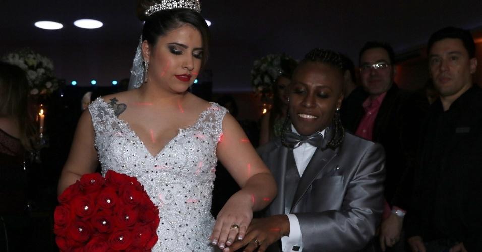 6.jul.2015 - Thaís e Neném mostram suas alianças de casadas