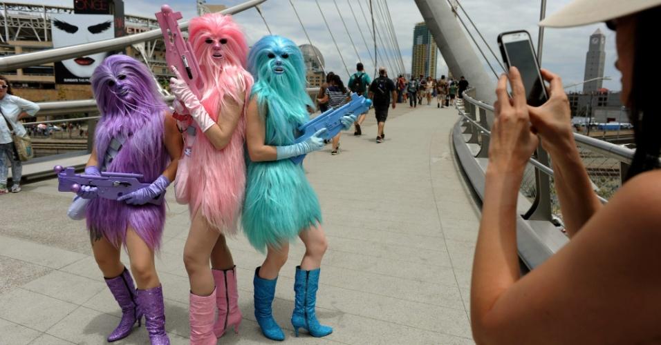 """10.jul.2015 - Três mulheres vestidas como Chewbacca, de """"Star Wars"""", posaram para fotos na Comic-Con em San Diego. Elas disseram que são chamadas de """"Chewie's Angels"""". Da esquerda para a direita: Ana Tijerina, 22, Catherine Fisher, 28, e Jacquie Ogle, 24"""