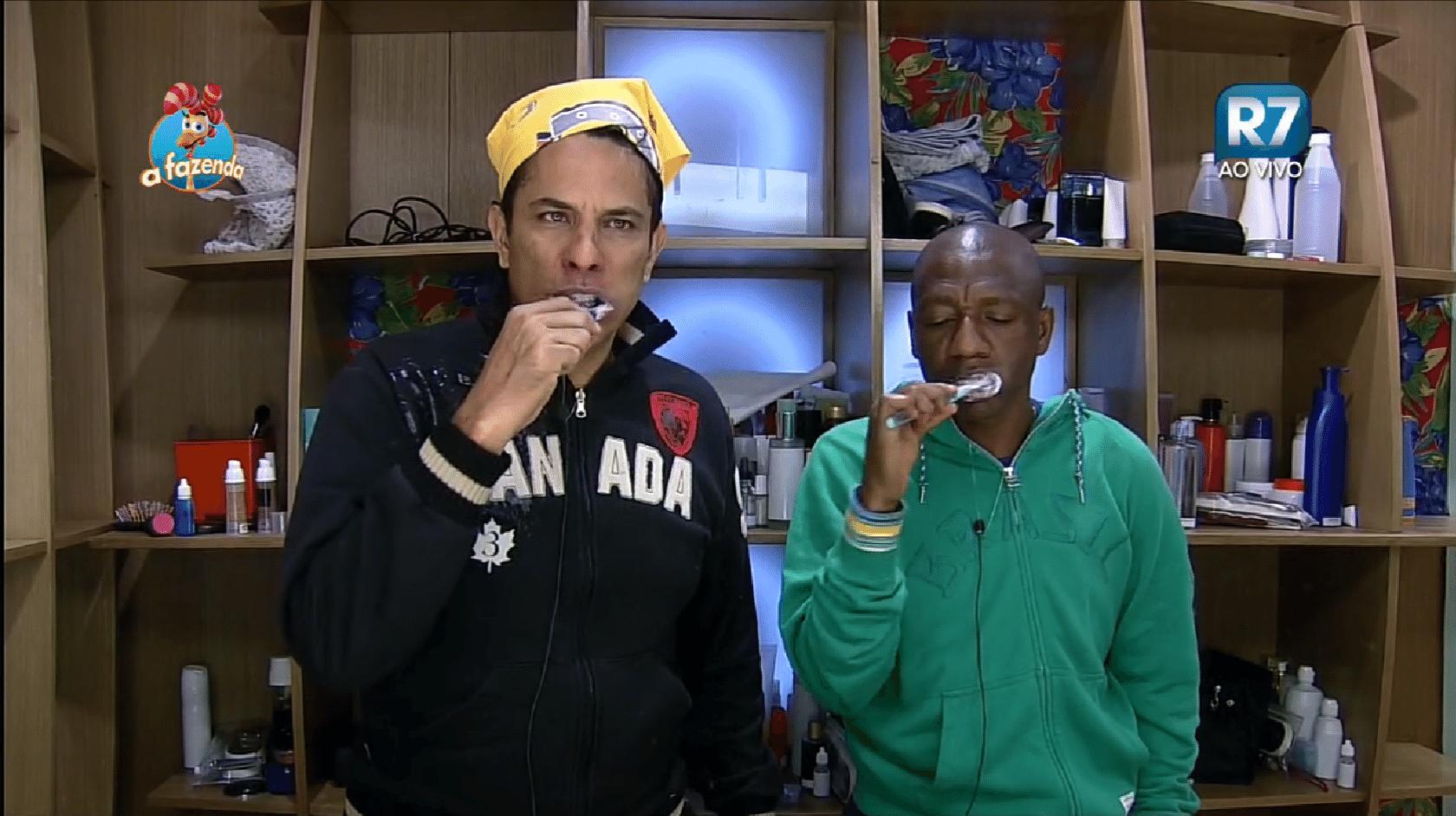 25.set.2015 - Luka Ribeiro e Amaral na manhã após dormirem na baia
