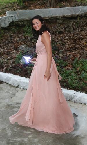 6.dez.2015 - Bruna Marquezine chega sozinha ao casamento de Sophie Charlotte e Daniel de Oliveira