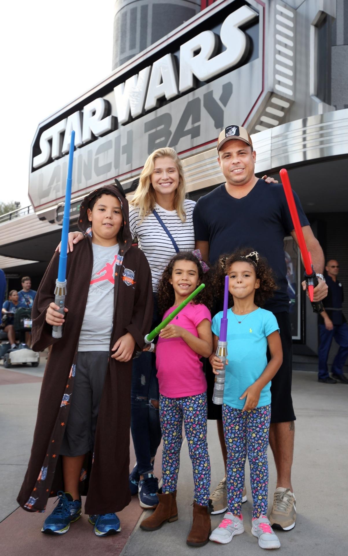 04.dez.2015 - O ex-jogador Ronaldo levou a família para visitar a Disney e conhecer uma nova atração baseada no filme