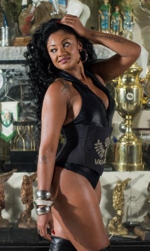 17.jan.2015 -  A rainha da bateria da Vai-Vai, Camila Silva, posa para fotos no barracão da escola de samba.