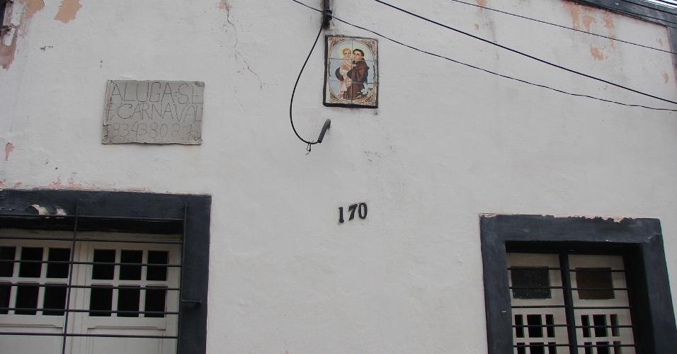 20.jan.2016 - Um pouco mais abaixo da 13 de Maio, na Rua Henrique Dias, há muitas outras casas à venda e para o aluguel temporário de Carnaval