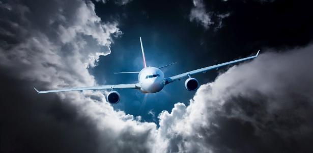 O avião enfrenta turbulência ao atravessar uma área de nebulosidade e chuvas - Getty Images