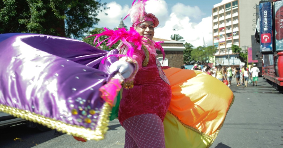 6.fev.2016 - Foliões inspirados nas fantasias comparecem aos desfiles do Galo da Madrugada, grande atração do Carnaval do Recife (PE)