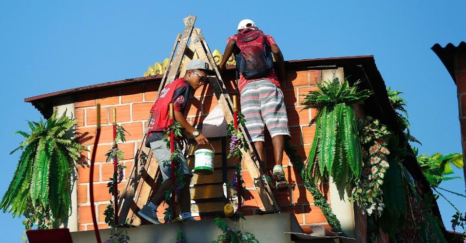 8.fev.2016 - Integrantes da Salgueiro fazem últimos reparos em carro alegórico que retrata as favelas