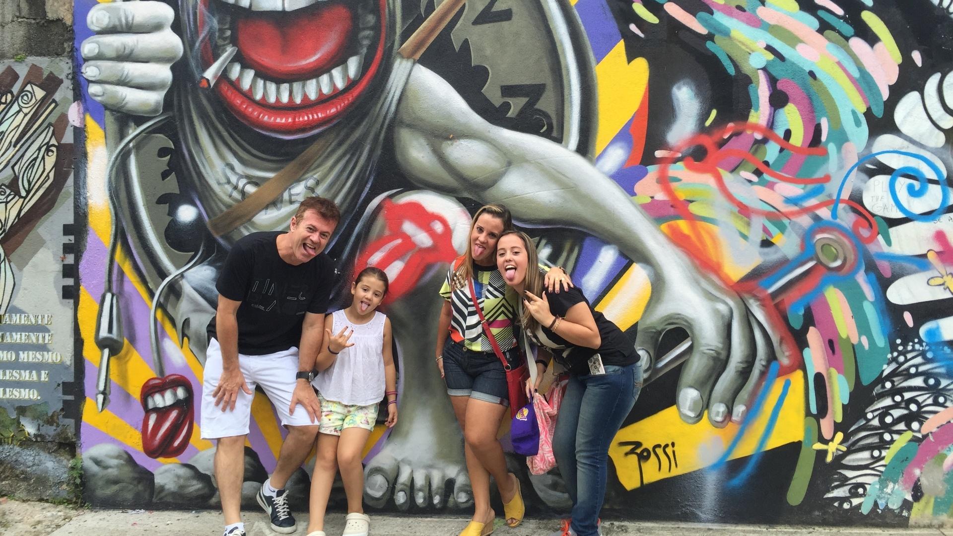 27.fev.2016 - Rogério Caires, 48, a mulher Carla, 42, e as filhas Caroline, 15, e Rafaela, 8, vieram de São Bernardo do Campo para ver o grafite de Ron Wood no Beco do batman