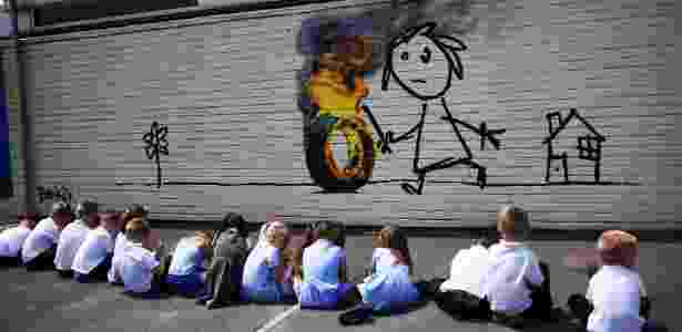 O mural pintado por Banksy de presente para alunos de escola primária em Bristol - Dylan Martinez/Reuters