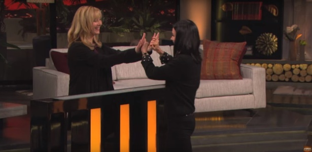 23.set.2016 - Lisa Kudrow e Courteney Cow participam de game show  - Reprodução /Celebrity Name Game