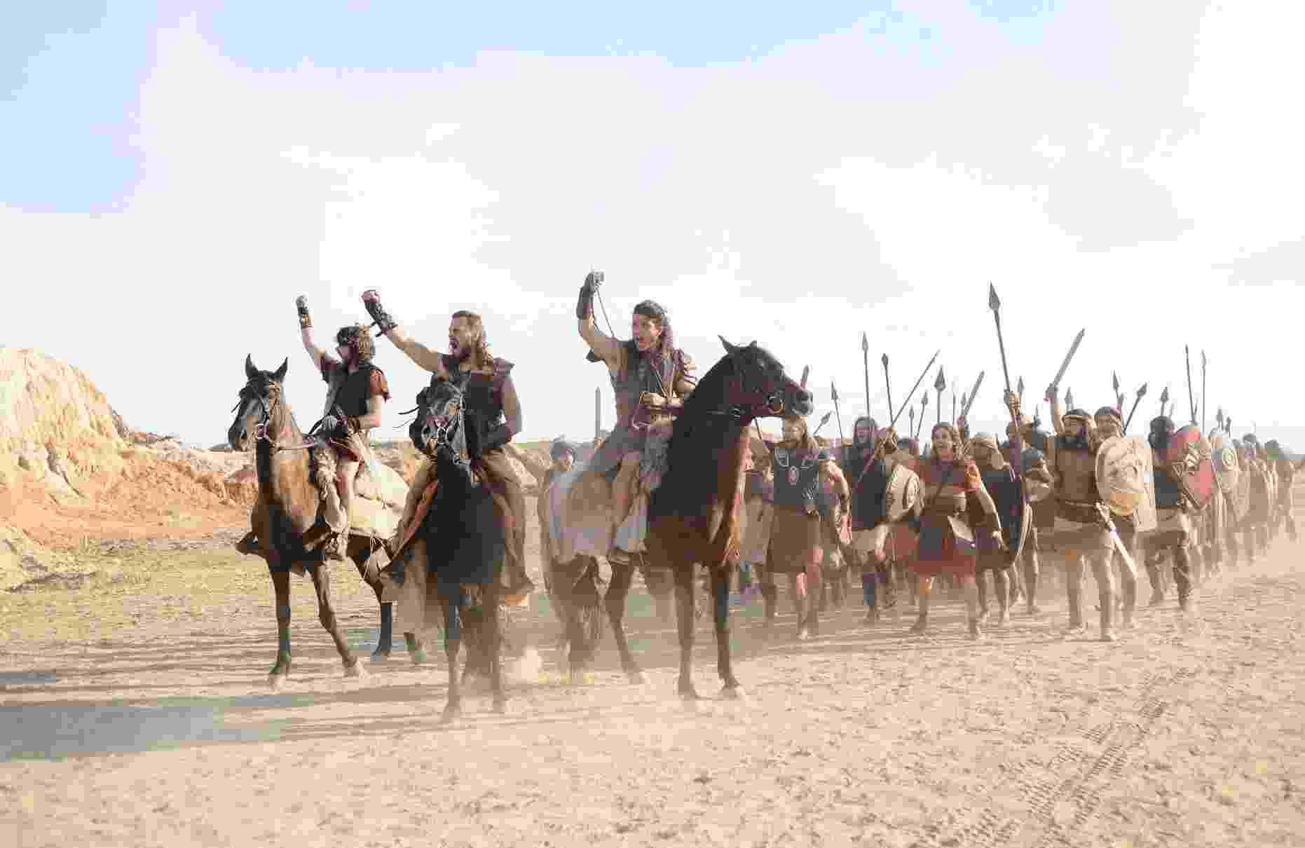 """Sequências da queda da Muralha de Jericó em """"A Terra Prometida"""" mobilizaram dezenas de atores, cerca de 300 figurantes e mais de 50 cavalos - Munir Chatack/ Record"""