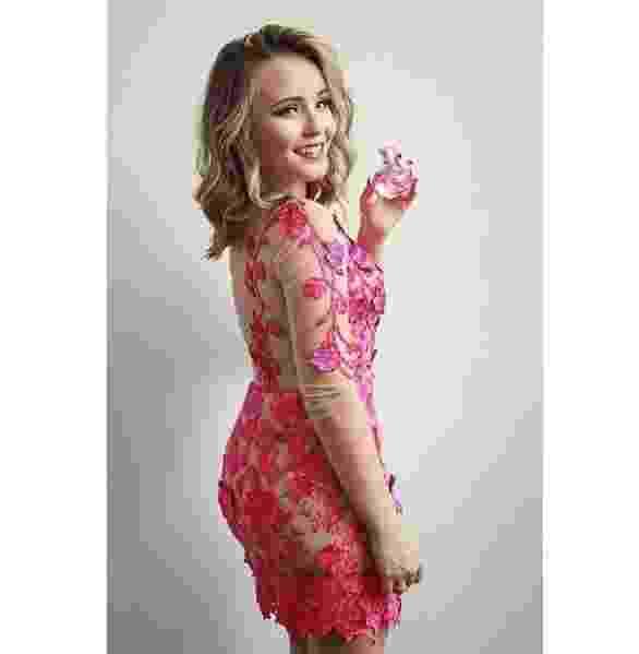 Larissa Manoela lança perfume em parceria com a Jequiti. A atriz escolheu vestido rendando cor de rosa com aplicação de tule - Reprodução/ Instagram/ lmanoelaoficial