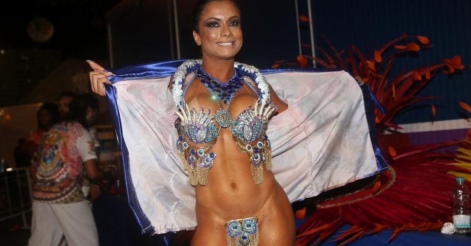 Musa da União da Ilha, Dani Sperle garante ter o menor tapa-sexo da Sapucaí