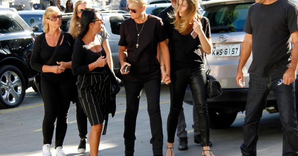 A apresentadora chegou acompanhada do namorado Juno e da filha Sasha, que veio de NY para se despedir do avô