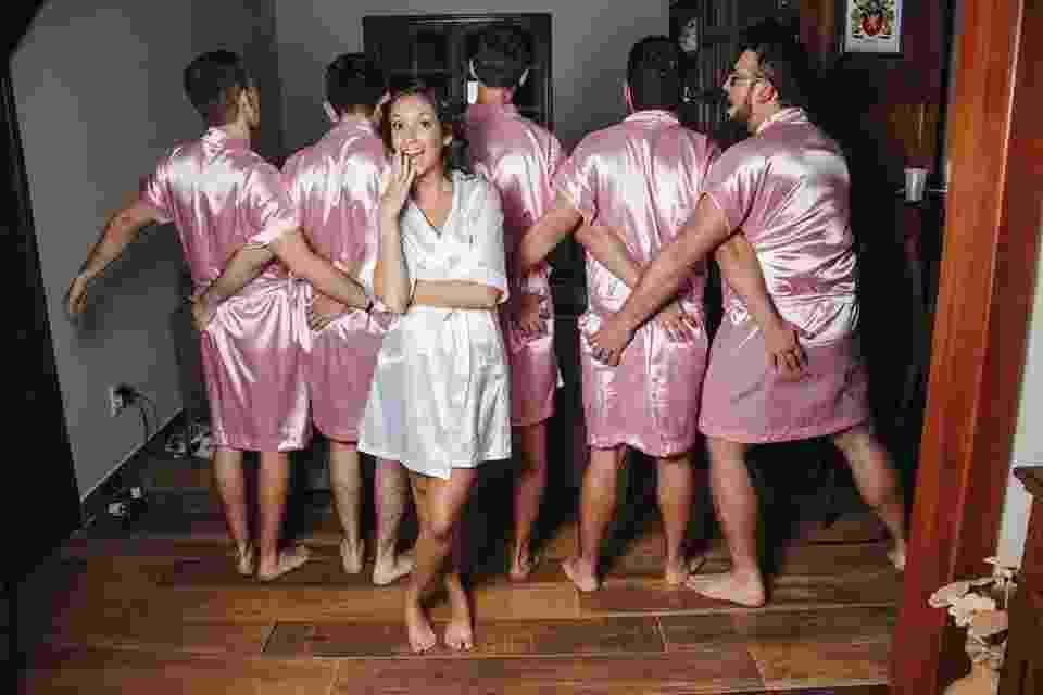 Normalmente, a preparação para o grande dia, também chamada de Dia da Noiva, é feito em um salão de beleza só com as madrinhas da noiva. Mas não foi o caso de Rebeca Abrantes. Ela postou em sua página no Facebook o ensaio de como foi sua preparação para o grande dia - Fernando Duque/Reprodução/Facebook