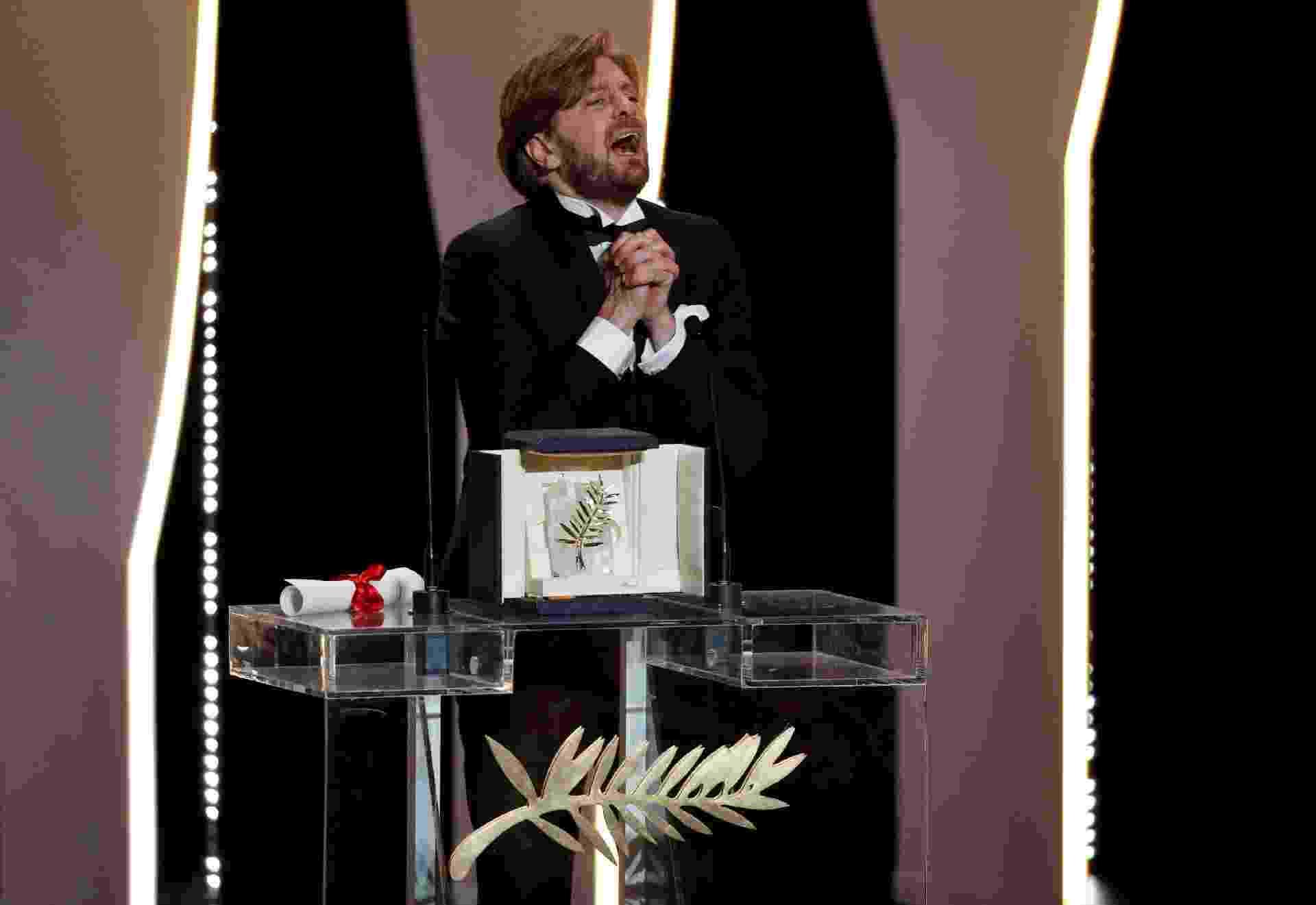 """O diretor sueco Ruben Ostlund comemora após vencer a Palma de Ouro do Festival de Cannes com o filme """"The Square"""" - Stephane Mahe/Eric Gaillard"""
