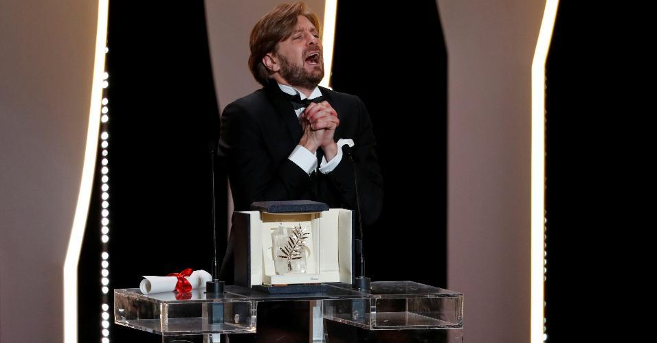 """O diretor sueco Ruben Ostlund comemora após vencer a Palma de Ouro do Festival de Cannes com o filme """"The Square"""""""