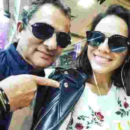 Zé Congonhas com a atriz Bruna Marquezine; ele não deixa de arrepiar o cabelo e usar os óculos escuros - Reprodução/Instagram/zecongonhasoficial - Reprodução/Instagram/zecongonhasoficial