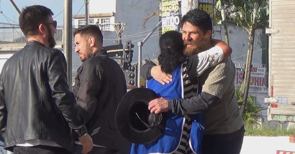 Mulher abraça César Filho ao descobrir que o apresentador estava disfarçado para quadro do Gugu