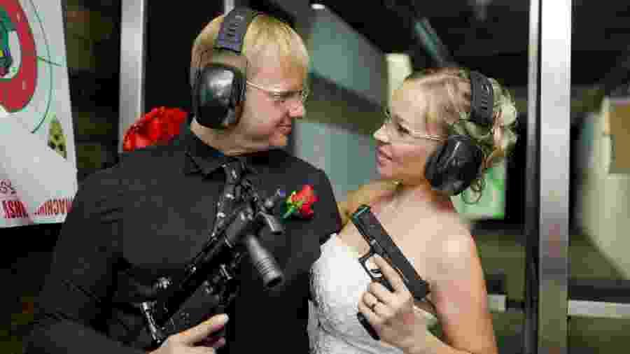 Que tal celebrar um matrimônio atirando com armas automáticas? Em Vegas, isso é possível - Divulgação/Machine Guns Vegas
