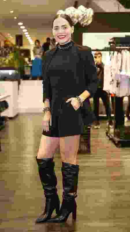 Com blusa transparente, Leticia Colin prestigia evento em São Paulo