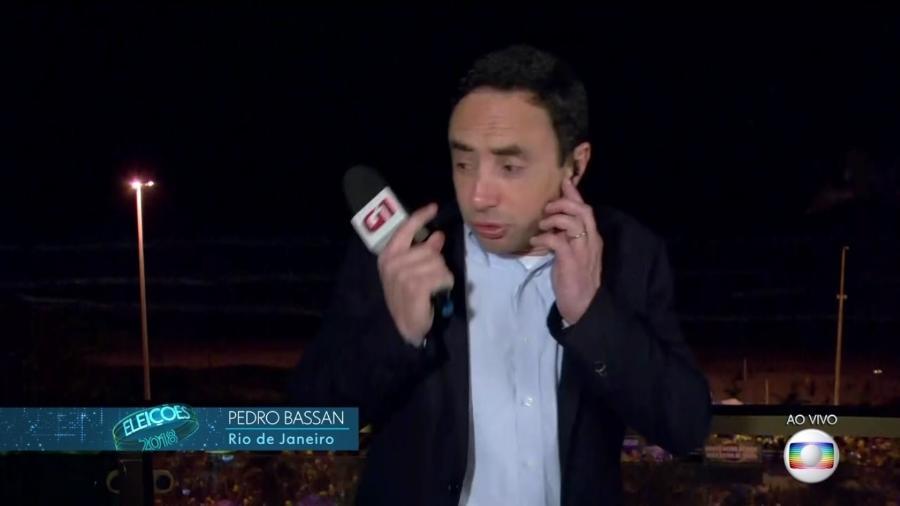 O repórter Pedro Bassan, da Globo, se assusta com fogos de artifício durante comemoração de eleitores de Jair Bolsonaro - Reprodução/TV Globo