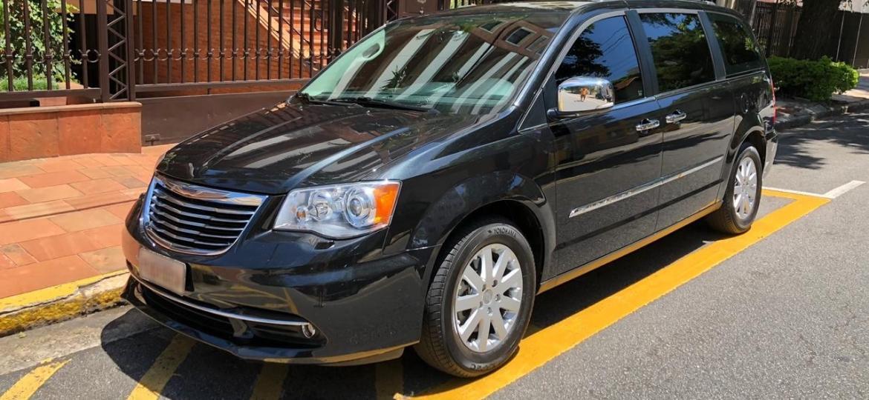 Minivan Town & Country foi um dos modelos vendidos pela Chrysler no Brasil entre 2008 e 2015 - Arquivo pessoal