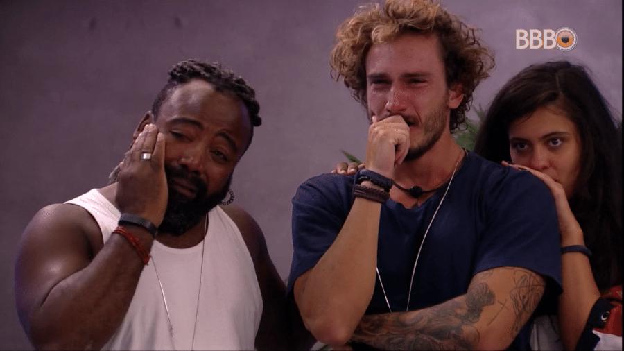 Rodrigo e Alan choram com as mensagens do anjo - Reprodução/GloboPlay