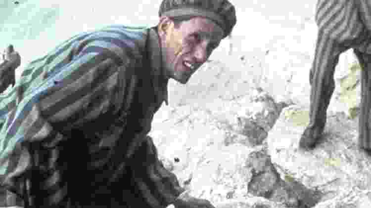 Karl Weiss, personagem da série Holocausto, em trabalho forçado no campo de concentração de Buchenwald  - Getty Images - Getty Images