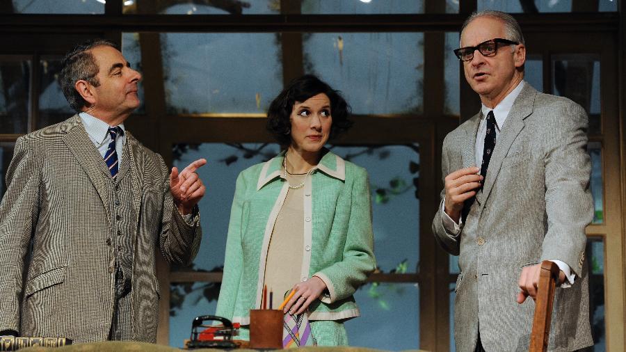 Rowan Atkinson e Louise Ford durante uma peça encenada em Londres - Getty Images