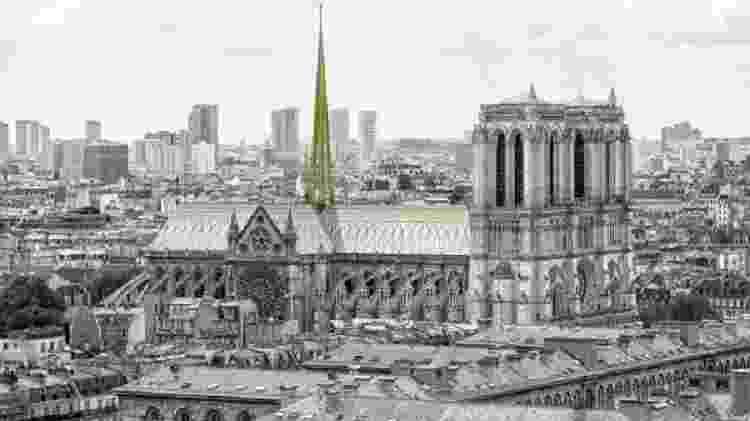 Godat & Roussel propõe um telhado envidraçado, sob o qual os visitantes poderiam passear e admirar a vista de Paris - NAB Studio