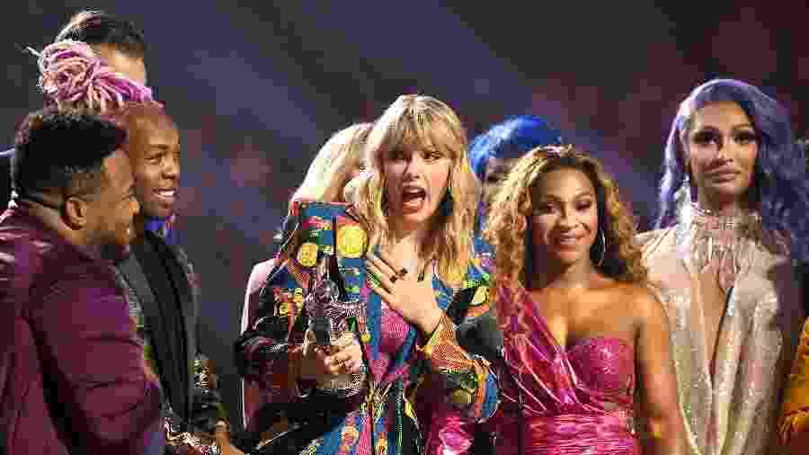 Taylor Swift recebe prêmio no palco do VMA 2019, da MTV - Dimitrios Kambouris/VMN19/Getty Images for MTV