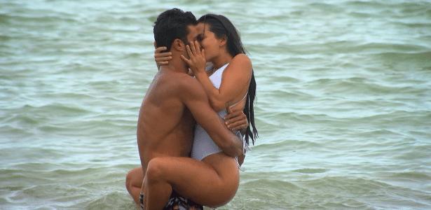 De Férias com o Ex | Sté capricha no decote e acaba mostrando demais na praia