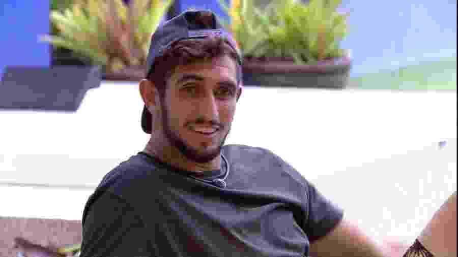Lucas Chumbo conversa na área externa com outros brothers - Reprodução/Globoplay
