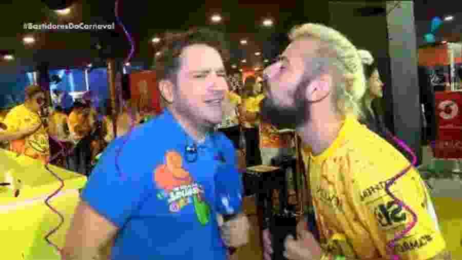 Lucas Strabko, o Cartolouco, tenta beijar o repórter Caco de Castro, da RedeTV! - Reprodução/RedeTV!