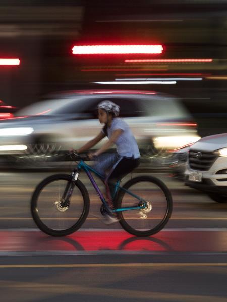 Ciclista em ação em uma ciclovia de São Paulo - Eduardo Knapp/Folhapress