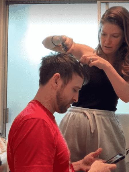 Mulher corta cabelo do marido em Ohio, nos EUA - reprodução/Facebook