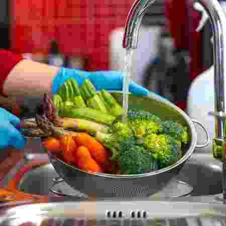 Lavar vegetais - iStock - iStock