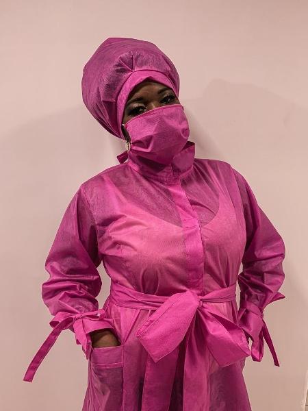 Cristiane Boneta com o avental rosa e a touca pensada para cabelos afro - Arquivo Pessoal