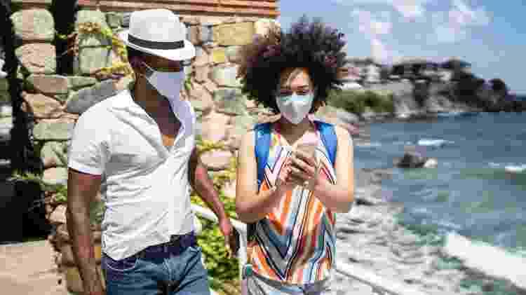 Caasal de turistas com máscara - Getty Images - Getty Images