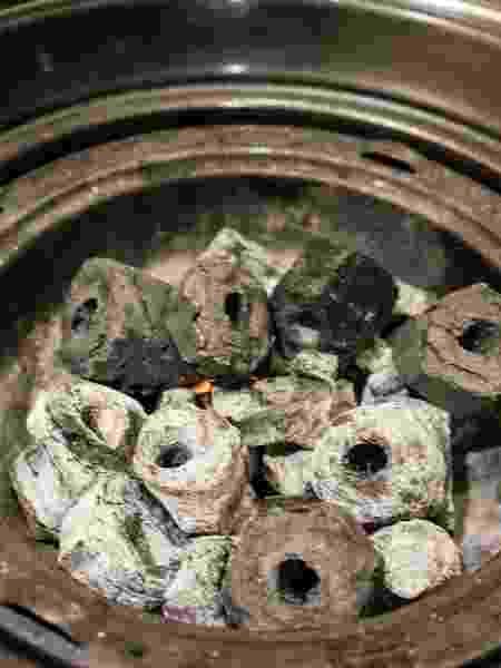 Carvão na cestinha da churrasqueira ao estilo oriental - Kuala Lumpur/Getty Images - Kuala Lumpur/Getty Images