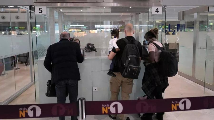 Passageiros provenientes dos últimos voos do Brasil devido antes da suspensão temporária do tráfego aéreo entre os dois países, fazem o controle de passaporte no aeroporto de Paris nesta quarta-feira, 14 de abril de 2020  - AP - Francois Mori