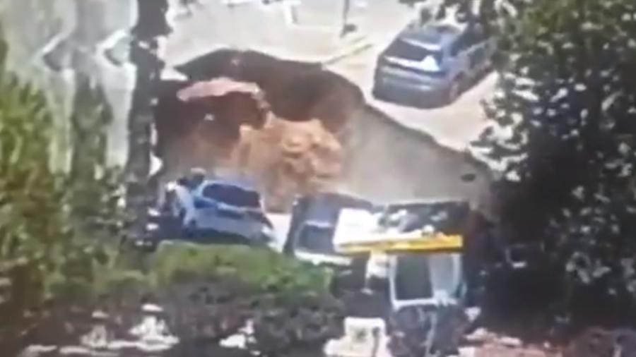 Cratera engole carros em Israel - Reprodução