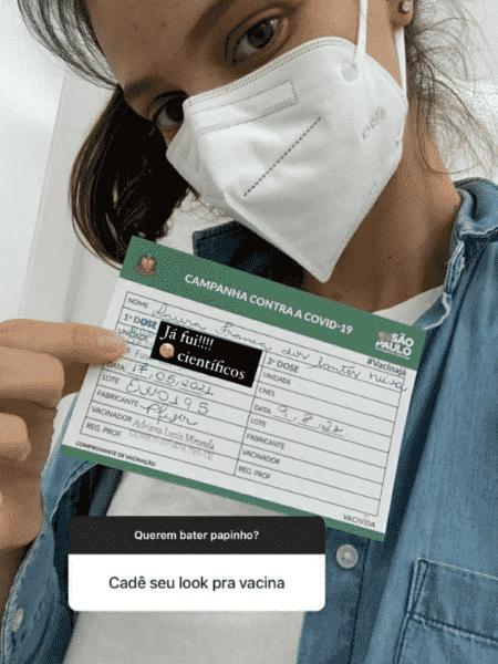 Laura Neiva mostrou que foi vacinada no mês passado, com a Pfizer. - Reprodução/Instagram - Reprodução/Instagram