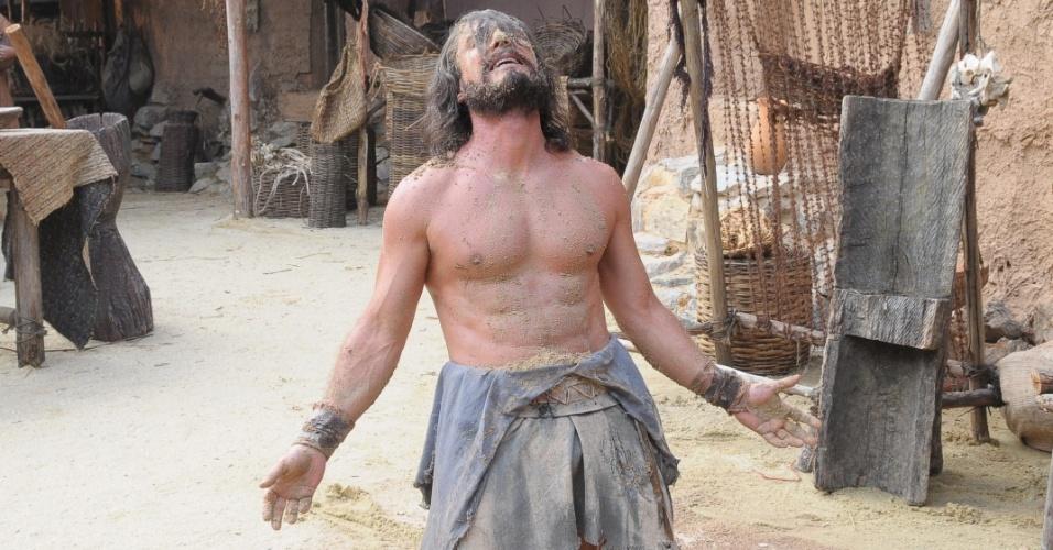 """Arão (Petrônio Gontijo) rasga a camisa em momento de sofrimento e exibe corpo em forma em """"Os Dez Mandamentos"""""""