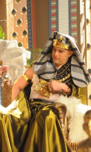 Ramsés observa uma das rãs que fugiu do rio e invadiu o castelo em mais uma praga do Egito