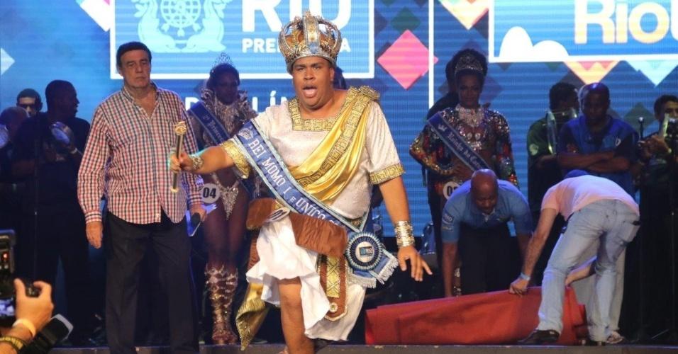 14.nov-2015 - Wilson Dias recebe a coroa de Rei Momo pela terceira vez consecutiva