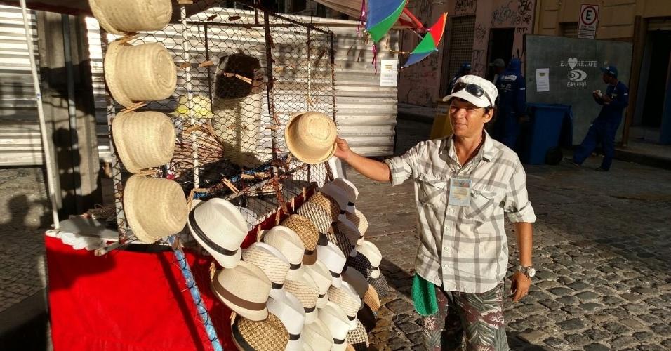 05.fev.2016 - Chapéus do cantor Chico Science são vendidos por R$ 10 durante o Carnaval de Recife (PE)