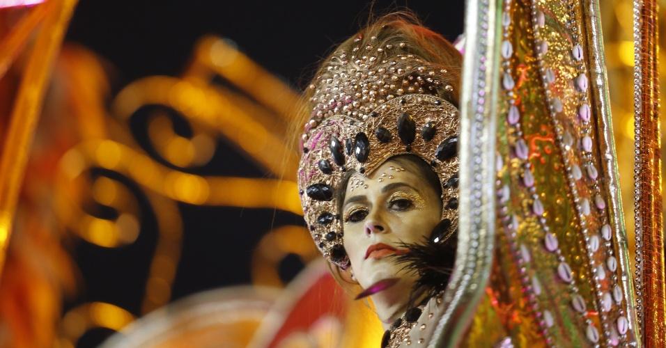 07.fev.2016 - Integrante da escola de samba Mocidade Alegre se prepara para o desfile na madrugada deste domingo